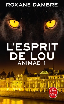 Animae tome 1: L'esprit de Lou. Des yeux de panthère et un batiment éclairé, de nuit.